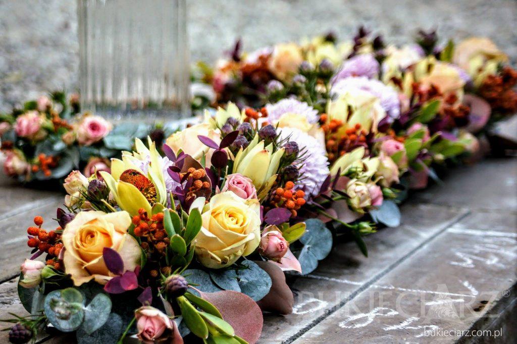 Dekoracja nagrobka z kwiatów naturalnych